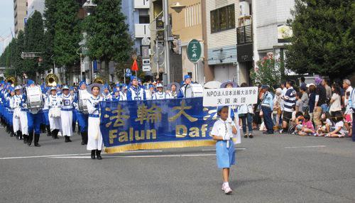 Фалуньгун участвует в фестивале в честь известного японского самурая Нобунага